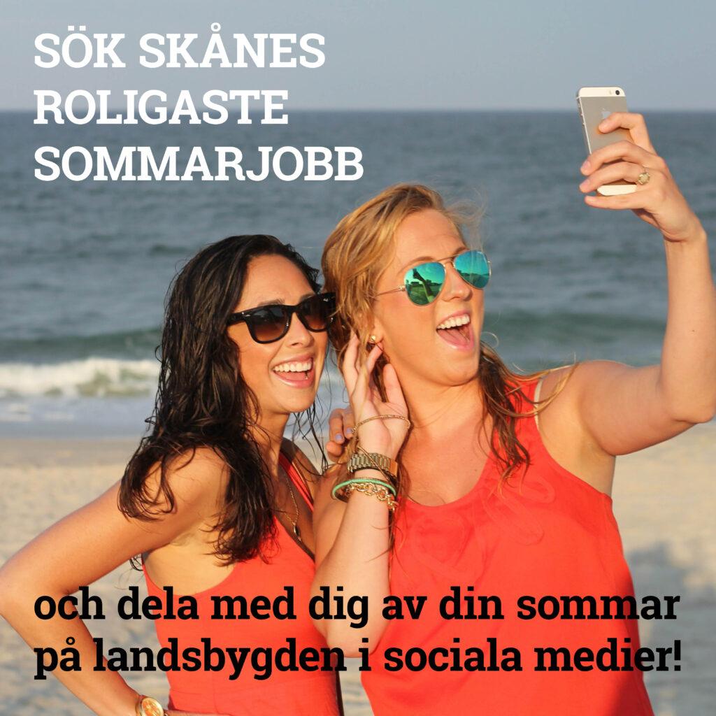 """Bild av två unga och en mobil på stranden med texten """"Sök skånes roligaste sommarjobb och dela med dig av din sommar på landsbygden i sociala medier!"""