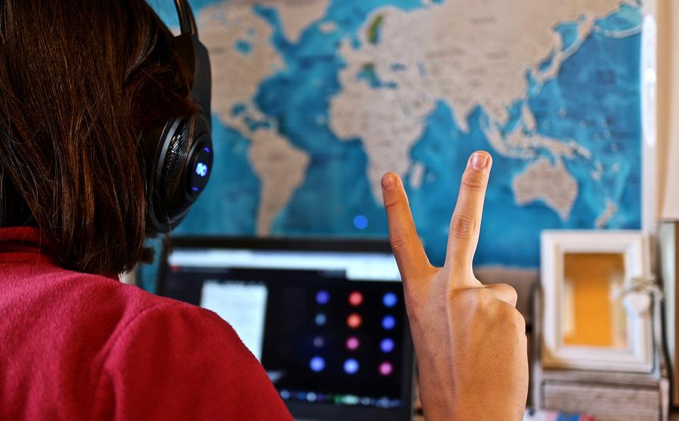 Kvinna som deltar i ett online möte